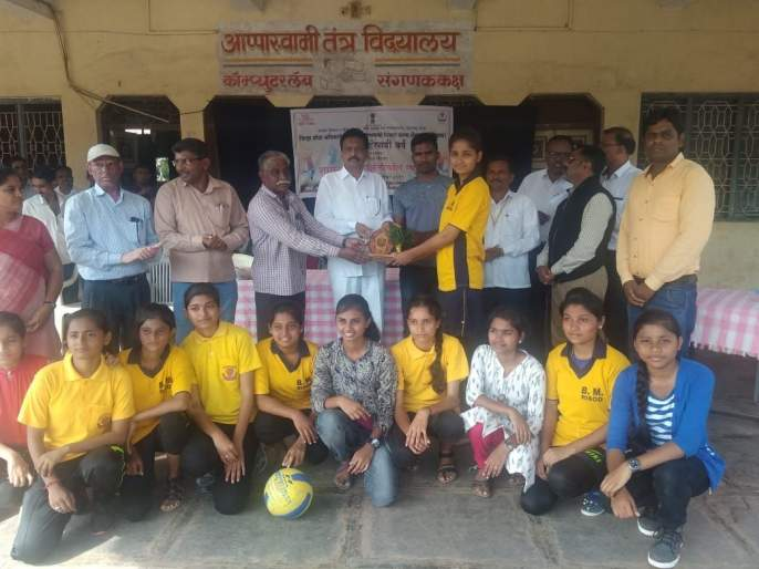 Distribution of prizes to the winners of the district level volleyball tournament   जिल्हास्तरीय व्हॉलीबॉल स्पर्धेतील विजेत्यांना बक्षीस वितरण