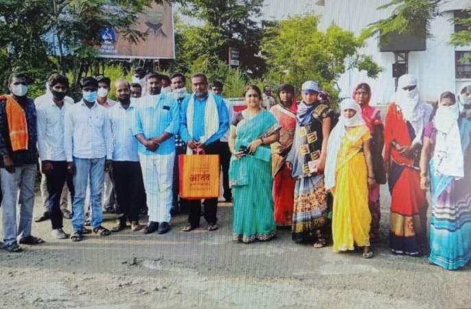 Farmers rams into Washim Collector's office for their demand   रस्ता अडविल्याप्रकरणी शेतकरी धडकले जिल्हाधिकारी कार्यालयात !