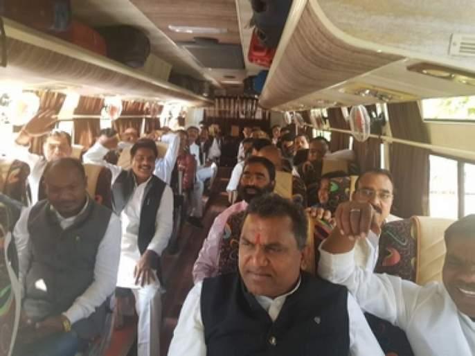 We are in Bangalore because of Digvijay Singh; Rebels of Congress MLAs Accused | दिग्विजय सिंह यांच्यामुळेच आम्ही बंगळुरूमध्ये; काँग्रेसच्या बंडखोर आमदारांचे आरोप