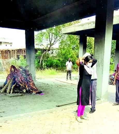 At Nagpur, the daughter finally had to perform the funeral | नागपुरातअखेर मुलीलाच पार पाडावे लागले अंत्यसंस्काराचे सोपस्कार