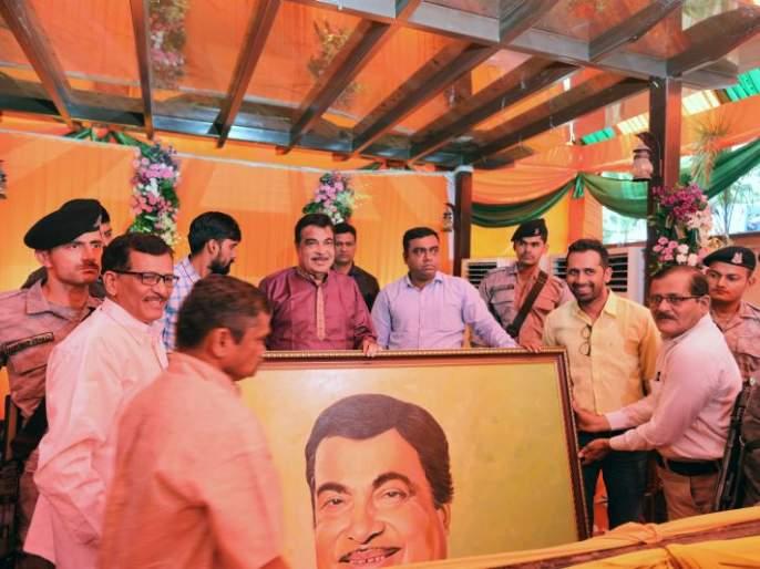 A crowd of fans to make to wish birthday of Nitin Gadkari in Nagpur | नितीन गडकरींचे वाढदिवसानिमित्त अभिष्टचिंतन करण्यासाठी चाहत्यांची गर्दी