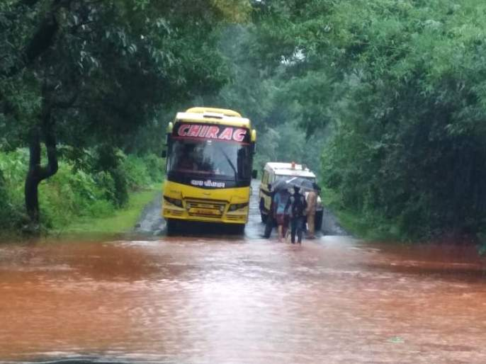 Eventually the Talere-Kolhapur highway starts, stopping for the stopped vehicles   अखेर तळेरे-कोल्हापूर महामार्ग सुरू, मुक्काम ठोकलेल्या वाहनांचे मार्गक्रमण