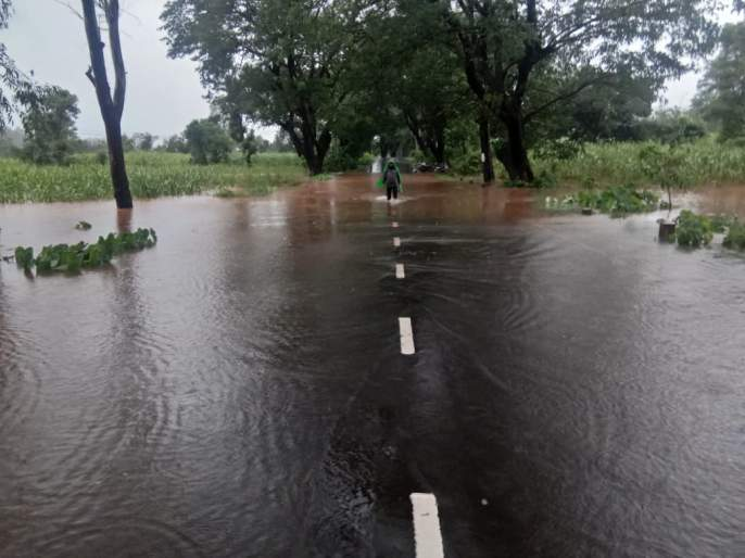 Due to heavy rainfall, traffic on 4 highways and 15 major district roads is closed | पावसामुळे बंधाऱ्यांवर पाणी आल्याने चार राज्यमार्गावरील वाहतूक बंद