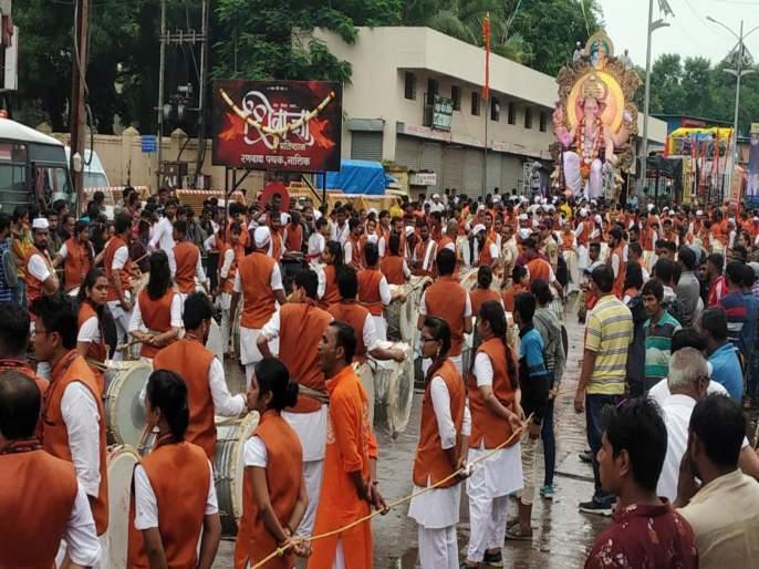 Ganpati idol immersion rally in rain at nashik | नाशिकमध्ये रिमझिम पावसात लाडक्या गणरायाची उत्साहात मिरवणूक