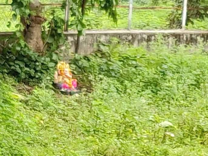 Statues of Ganesh kept in the field for lack of artificial stitches | कृत्रिम टाके नसल्याने मैदानात ठेवली बाप्पांची मूर्ती, यवतमाळ नगरपरिषदेचा भोंगळ कारभार
