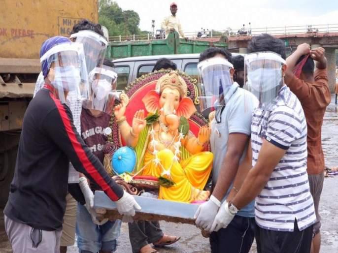 Collection of 4000 Ganesh idols at Godaghata by the volunteers of 'Swapnapurti' | 'स्वप्नपुर्ती'च्या स्वयंसेवकांकडून गोदाघाटावर ४ हजार गणेश मुर्तीचे संकलन