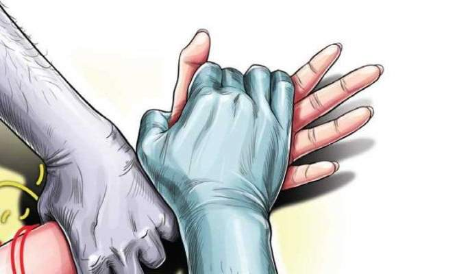 Attempted gang rape during curfew; The victim taken bite of the accused's tongue and cut it pda | कर्फ्युदरम्यान सामूहिक बलात्काराचा प्रयत्न; महिलेने आरोपीची दाताने जीभच तोडली