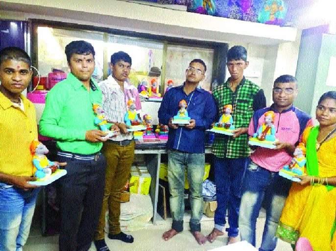 The 'Uthirmama' and 'Modak' reached by the special children's house | विशेष मुलांनी केलेले 'उंदीरमामा' आणि 'मोदक' पोहोचले घरोघरी