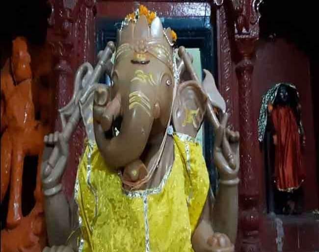 sweating from ganesh idol in Bihar's Gaya temple | उकाड्याने बाप्पाही झाले हैराण; मूर्तीलाही फुटला घाम