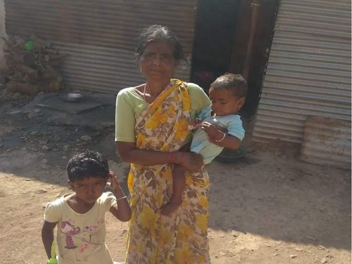 Losing a parent's causes starvation; responsibility Grandmother's shoulder | आई-वडिलाचे छत्र हरवल्याने चिमुकल्यांची होतेय उपासमार; आजीच्या खांद्यावर आहे जबाबदारी