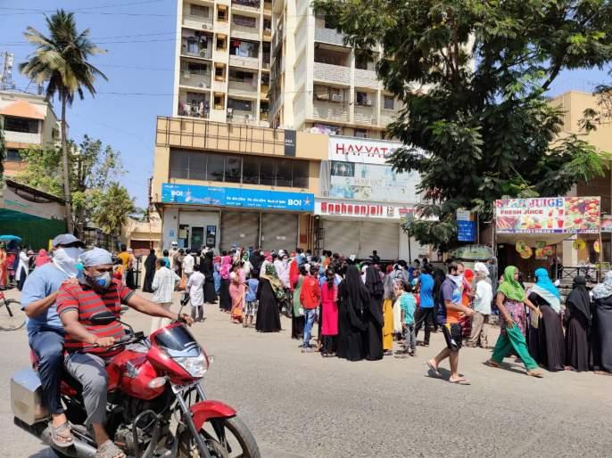 500 rupees from bank account; The crowd rushed to the bank because of the message that the money was credited | बँक खाते से ५०० रुपया निकालने आये साहब; पैसे क्रेडीट झाल्याच्या मेसेजमुळे बँकेसमोर गर्दी