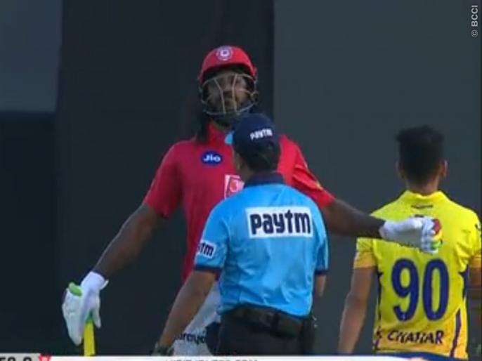 IPL 2019: When Chris Gayle strikes for the umpire, the video is viral | IPL 2019 : जेव्हा ख्रिस गेल पंचांनाच धडक मारतो तेव्हा, व्हिडीओ वायरल