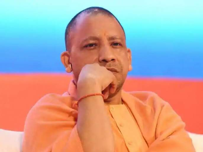 aap tweet photo claim yogi adityanath meeting corona chiefsecretary play game | कोरोना बैठकीत योगींसमोरच मुख्य सचिव खेळत होते गेम, आपने ट्विट केला 'तो' फोटो