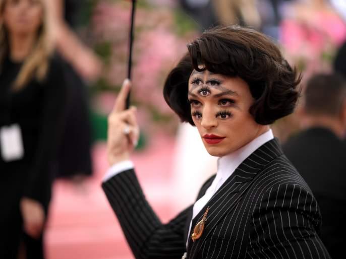 the crazy makeup story of ezra miller in met gala 2019 | 'मेट गाला 2019'च्या 'त्या' लूकची कथा; जे पाहिल्यानंतर अनेकांना आली भोवळ!!