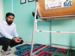 In Virar, a young man practiced pearl farming at home   विरार येथे तरुणाने घरातच केला मोत्यांच्या शेतीचा प्रयाेग