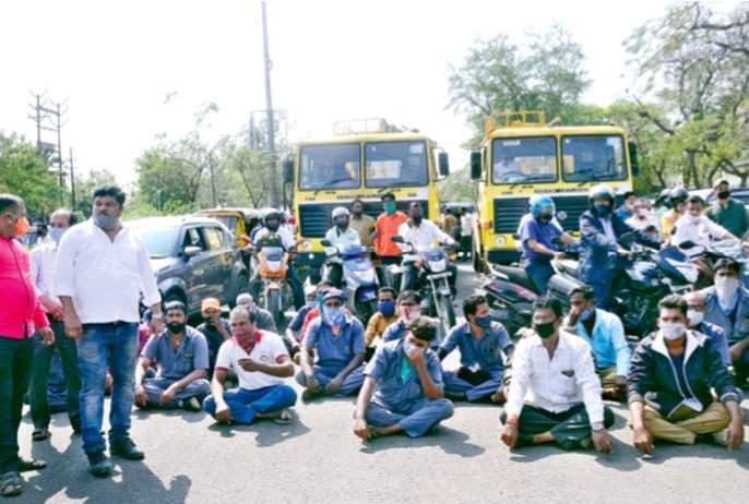 Block the way for bell workers | घंटागाडी कामगारांचा रास्ता रोको