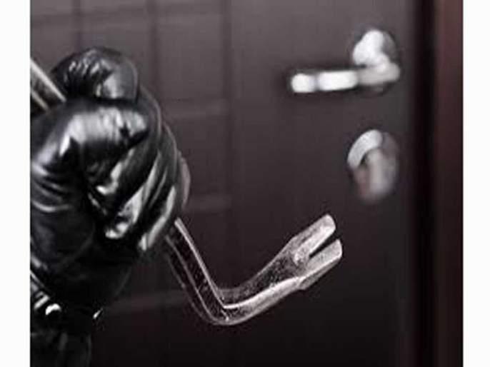 Thieves snatched Rs 11 lakh in cash and three weights of jewelery | ११ लाखांची रोकड अन् तीन तोळे दागिने असलेली तिजोरी चोरट्यांनी पळविली