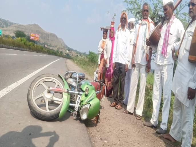 Five injured in Dindi motorcycle accident | मोटारसायकल अपघातात दिंडीतील पाच वारकरी जखमी