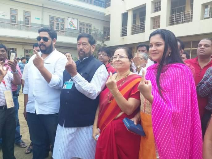 Pune Lok Sabha Election: Girish Bapat and Mohan Joshi shared the right to vote for the family In Pune | पुणे लोकसभा निवडणूक: पुण्यात गिरीश बापट व मोहन जोशी यांनी कुटुंबासह बजावला मतदानाचा हक्क