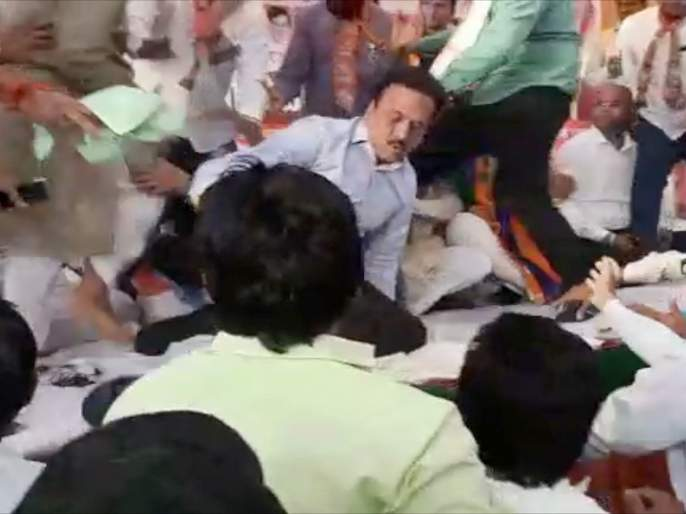 lok sabha election ruckus in shiv sena bjp rally in jalgaon girish mahajan runs to save former mla b s patil | गिरीश महाजन मदतीला धावले म्हणून बी. एस. पाटील बचावले; जळगावात युतीच्या सभेत फ्री-स्टाइल