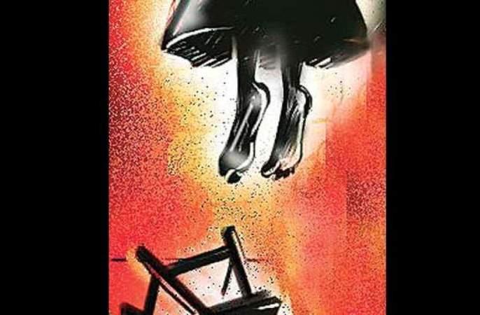 In Nagpur, a girl strangled herself in mother's anguish | नागपुरात आईच्या विरहात युवतीने लावला गळफास