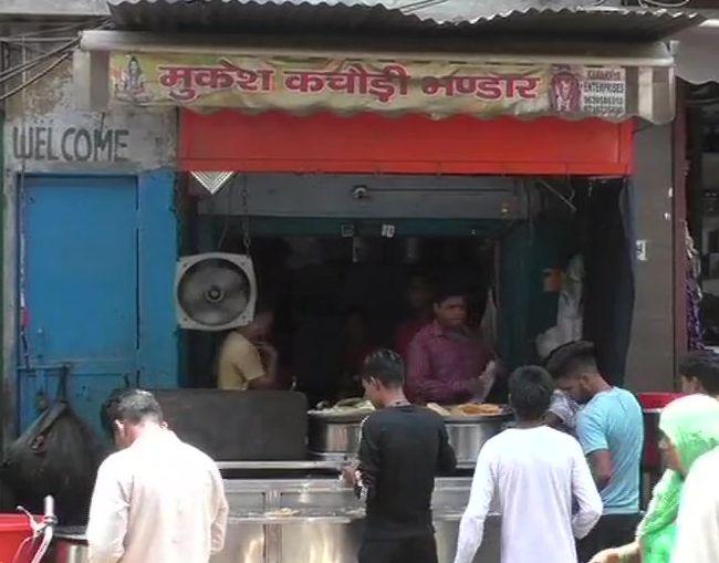 An outlet 'Mukesh Kachori Bhandar' has come under the radar of Commercial Tax department   अबब...! कचोरीवाल्याचे वर्षाचे उत्पन्न 1 कोटी; 12 वर्षांत पहिल्यांदाच आली नोटीस