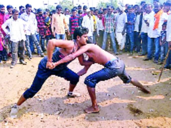 Unique Tradition: son-in-law's wrestling in this village   अनोखी परंपरा : येथे जुंपते जावयांची कुस्ती