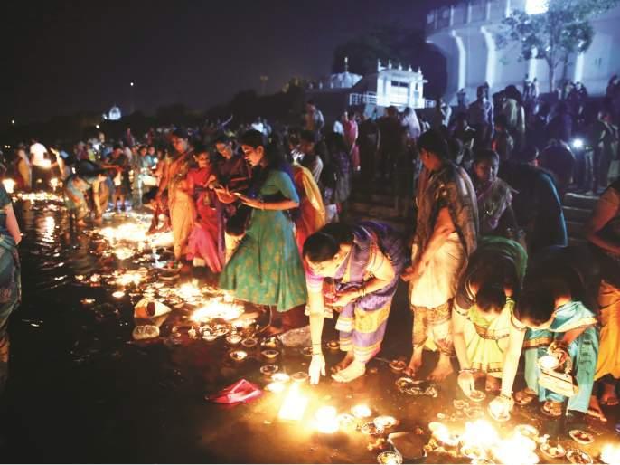 Thousands of Lights lit by riverside; Ganga Aarti made by women for the longevity of the family at Nanded | दिव्यांनी उजळले नदीपात्र; परिवाराच्या दीर्घायुष्यासाठी महिलांनी केली गंगेची आरती