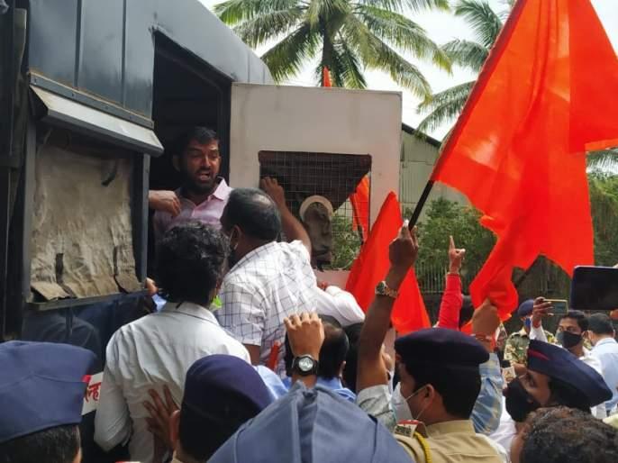 Sit-in agitation at the entrance of Gokul for reservation, protesters detained | आरक्षणासाठी गोकुळच्या प्रवेशदारात ठिय्या आंदोलन, आंदोलनकर्ते ताब्यात