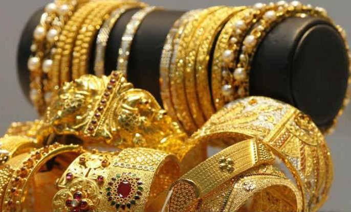 Emphasis on small jewelry; The recession hit the bull market | छोट्या दागिन्यांवर भर; मंदीने सराफ बाजार झाकोळला