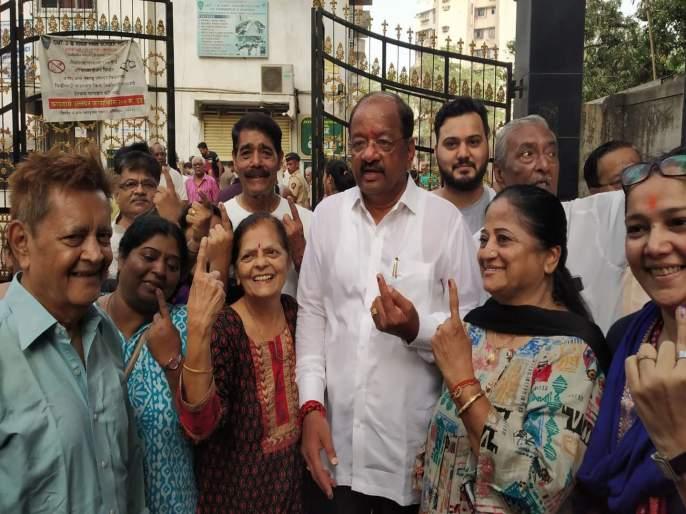 Lok Sabha Election 2019 Mumbai North candidate Gopal Shetty | Lok Sabha Election 2019 : गोपाळ शेट्टी यांनी कुटुंबीयांसह बजावला मतदानाचा हक्क