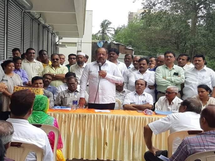 bjp mp gopal shetty agitates against sra officials gives flat possession to 156 families   एसआरए इमारतीमधील घरं न देणाऱ्या अधिकाऱ्यांविरोधात खासदार गोपाळ शेट्टींचं अनोखं आंदोलन