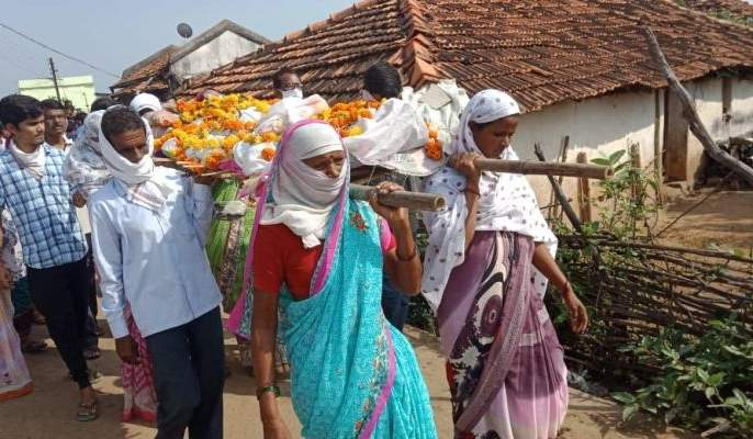 Last rituals for mother by the girls; in Chandrapur district   आईच्या पार्थिवाला मुलींनीच दिला खांदा; चंद्रपूर जिल्ह्यातील वस्तुपाठ