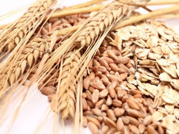 Distribution of food grains to the laborers along tribal castes | आदिवासी पाड्यांसहमजूरांनाअन्नधान्य वाटप