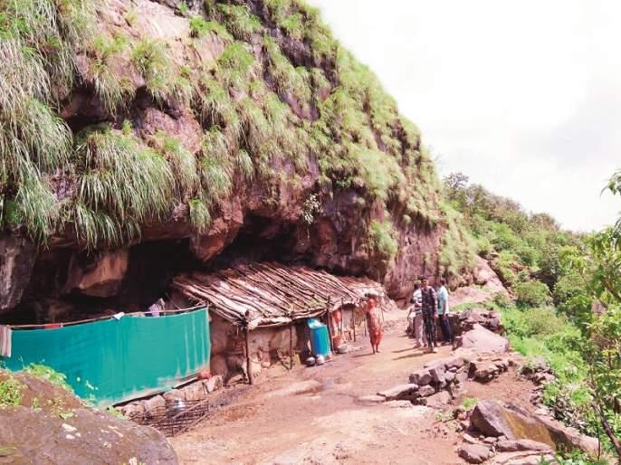 Two generations lived in the caves | दोन पिढ्या गुहेत राहणा-यांना मिळाले घर