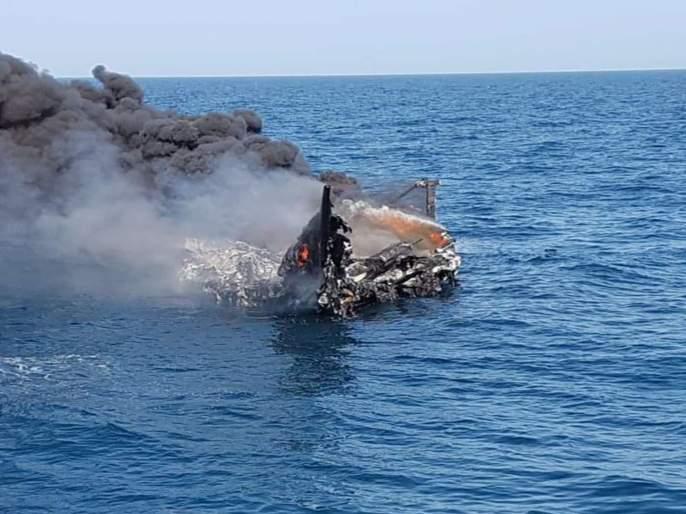 Indian Coast Guard & Gujarat ATS Officers has seized approx 100 kg contraband Heroin from Boat   तटरक्षक दल, गुजरात एटीएसची धडाकेबाज कामगिरी, पाकिस्तानहून अमली पदार्थ घेऊन येणारी बोट उडवली