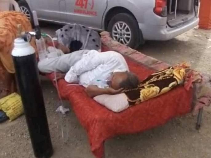 CoronaVirus News in gujarats rajkot people take bed for covid 19 patient from house | CoronaVirus News: 'मुन्नाभाई'लाही लाजवेल अशी वेळ; कोरोना रुग्ण बेड घेऊन हॉस्पिटलबाहेर आला