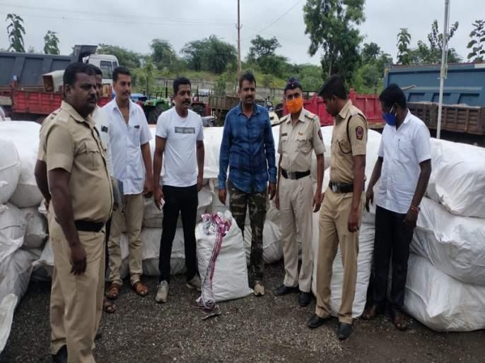 Smuggling of gutkha under grain; Gutkha worth Rs 34 lakh seized at Shahagad | धान्याच्याआडून गुटख्याची तस्करी; शहागड येथे ३४ लाखाचा गुटखा जप्त
