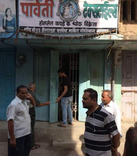 Thieves chaos in Itwari: Theft of 2.85 lakh in four shops   इतवारीत चोरांचा धुमाकूळ : चार दुकानात २.८५ लाखांची चोरी