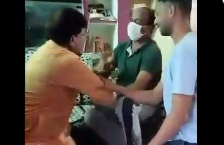 pradyuman singh tomar falls into activist feet for election campaign video | मतांसाठी काय पण! भाजपाच्या मंत्र्याने काँग्रेस कार्यकर्त्याच्या पायावर ठेवलं डोकं; Video व्हायरल