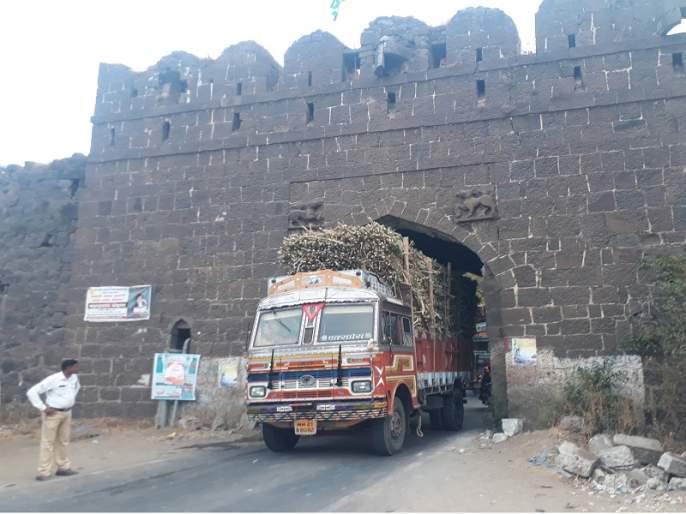 Due to the cane truck on Daulatabad road obstruct traffic | दौलताबाद रस्त्यावर उसाच्या ट्रकमुळे वाहतुकीला अडथळा
