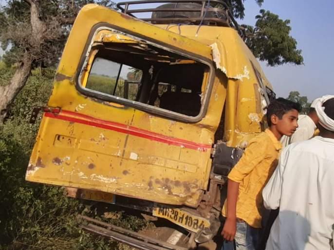 Private bus hit passenger car; Three injured   खासगी बसची प्रवासी वाहनास धडक; तीन जखमी