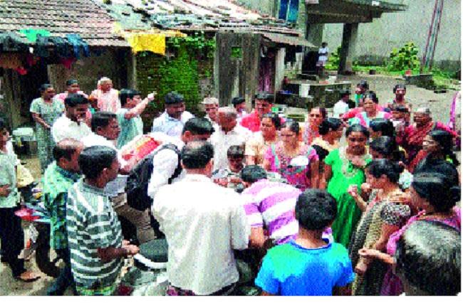 Assistance to flood victims of Navbharat School alumni in Mumbai | मुंबईच्या नवभारत विद्यालयाच्या माजी विद्यार्थ्यांची पूरग्रस्तांना मदत