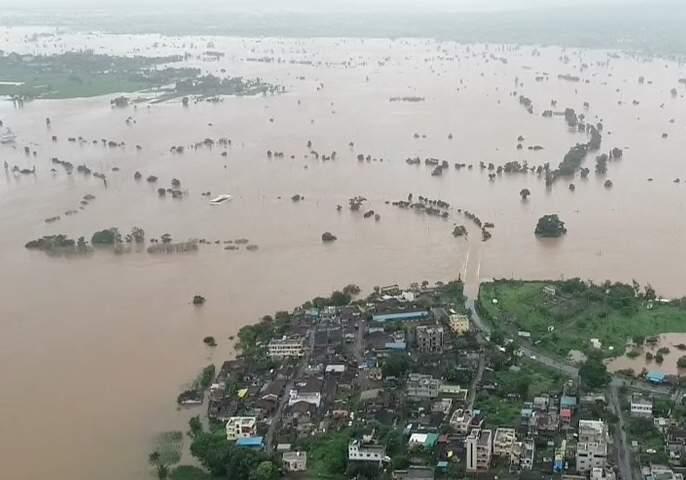 Helping flood victims by avoiding the cost Rituals of Mother | आईच्या तेरवीचा खर्च टाळून पूरग्रस्तांना मदत