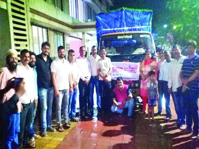 Citizens rushed to seek help from Raigad for flood victims   पूरग्रस्तांसाठी रायगडमधून मदतीचा ओघ, मदतीसाठी नागरिक सरसावले