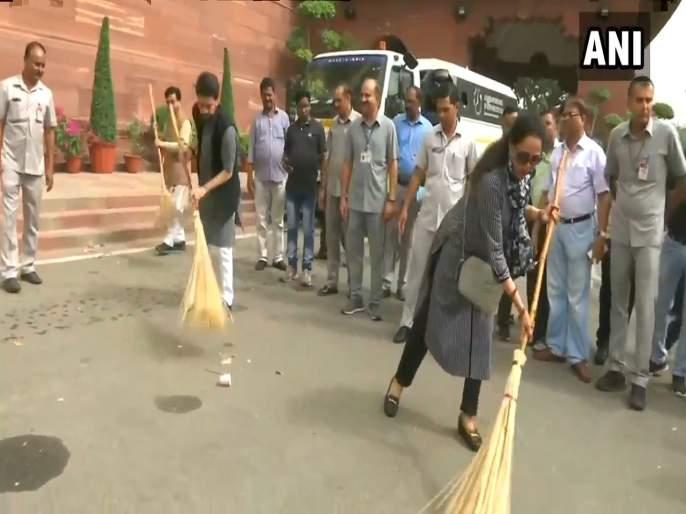 bjp mps take part in swachh bharat abhiyan in parliament premises | Video - संसद परिसरात भाजपाचं स्वच्छता अभियान; हेमा मालिनींनी हाती घेतला झाडू