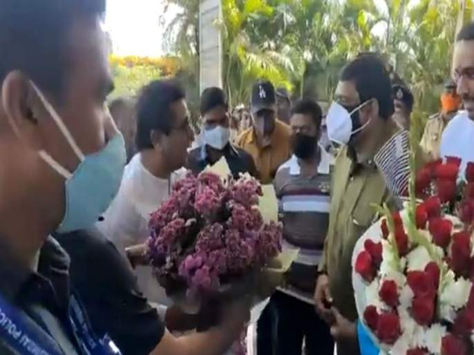 Video: Mask on Mask ?; MNS Chief Raj Thackeray asked questions to the former mayor Ashok Murtadak who came for the reception | Video: मास्कवर मास्क?; राज ठाकरेंनी स्वागतासाठी आलेल्या माजी महापौरांना प्रश्न विचारला अन्...