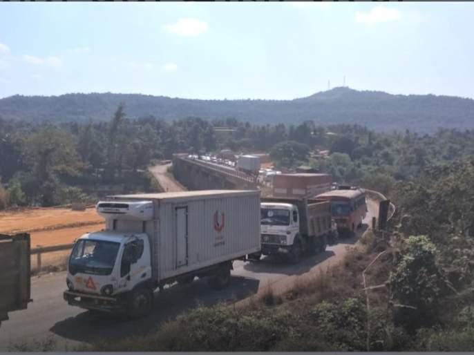 Traffic jam on highway due to chowdhury work | चौदरीकरणाच्या कामामुळे महामार्गावर वाहतूक कोंडी
