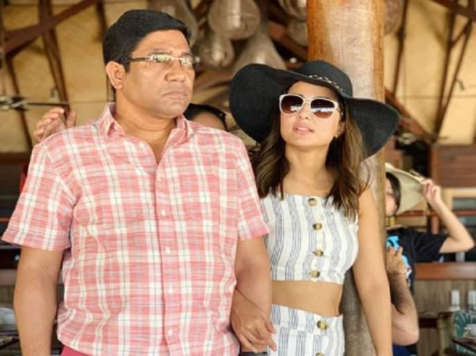 Hina Khan's father dies, actress leaves Kashmir for Mumbai | हिना खानच्या वडिलांचे निधन, अभिनेत्री काश्मीरहून मुंबईकडे झाली रवाना