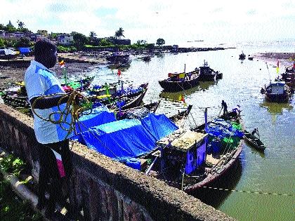Boats set sail on the backdrop of the coconut full moon   नारळी पौर्णिमेच्या पार्श्वभूमीवर होड्या समुद्रात रवाना